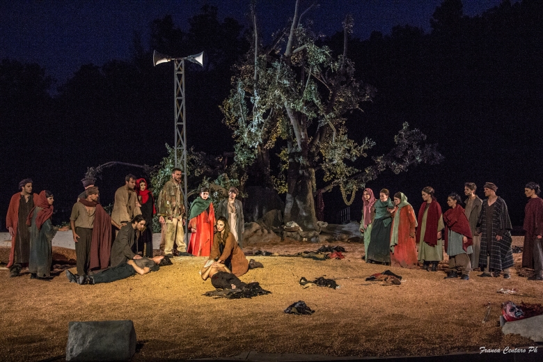 Sette contro Tebe, Anna della Rosa (Antigone) e coro.jpg